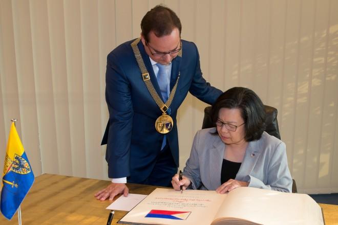 Die Botschafterin der Republik der Philippinen, ihre Exzellenz Melita Sta. Maria Thomeczek, trägt sich in das Essener Stahlbuch ein.