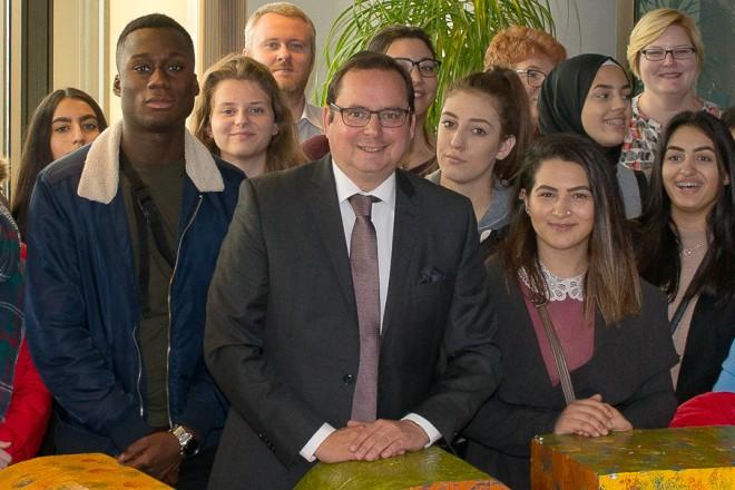 Oberbürgermeister Thomas Kufen begrüßt Schüler und Lehrer im Rahmen des Erasmus+ - Projektes des Robert-Schuman-Berufskollegs.