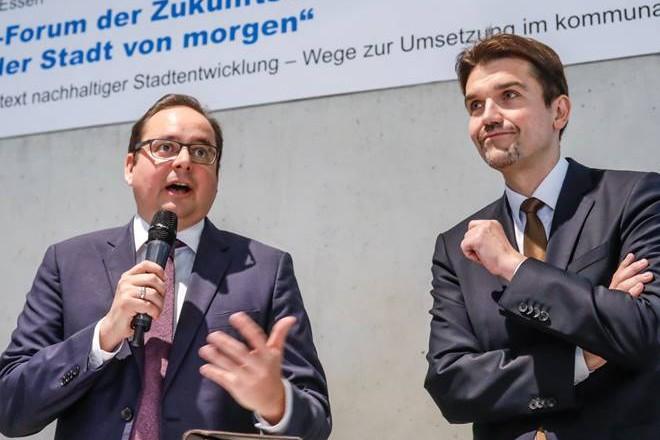 """Oberbürgermeister Thomas Kufen (links) beim 3. Experten-Forum der Zukunftsiniative """"Wasser in der Stadt von morgen."""" Foto: Rupert Oberhäuser, Emschergenossenschaft"""