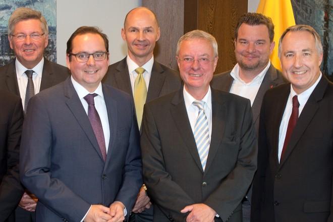 Oberbürgermeister Thomas Kufen (1. Reihe 3.v.l.) empfängt die Mitglieder der Fachbeiratssitzung der Fachmesse für Sanitär, Heizung, Klima und Erneuerbare Energien (SHK) im Essener Rathaus.