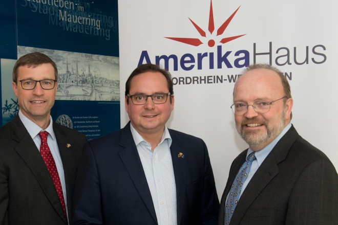 "staltung: ""Health Care in America: How, Why, What Next?"" im Essener Rathaus. Auf dem Foto v.l.n.r.: Dr. Benjamin Becker, Managing Director, Amerikahaus e.V., NRW, Ken Walsh, Commercial Consul, Oberbürgermeister Thomas Kufen und William Pierce, Senior Director, APCO Worldwide."