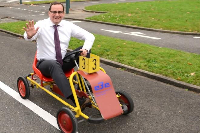 Oberbürgermeister Thomas Kufen bei einer Kettcarfahrt in der Jugend-Verkehrsschule an der Bonifaciusstrasse