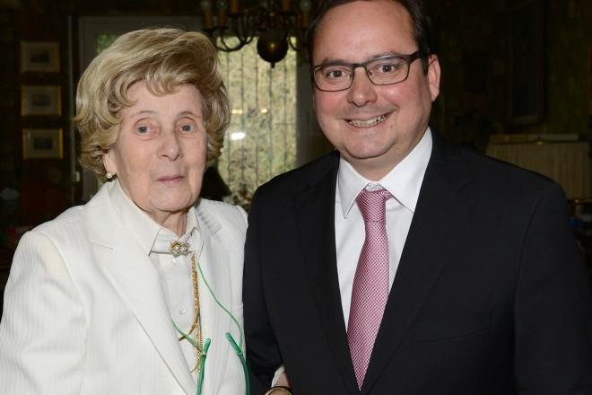 Oberbürgermeister Thomas Kufen gratuliert Frau Professor Dr. Uta Ranke- Heinemann nachträglich zu ihrem 90. Geburtstag