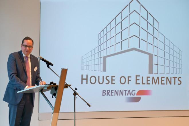 """Oberbürgermeister Thomas Kufen bei der Schlüsselübergabe des """"House of Elements""""."""