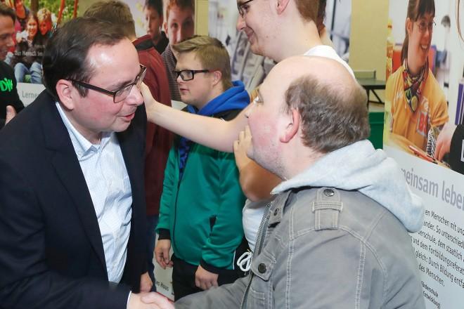 """Inklusives Tischtennis-Turnier """"Mitmenschen"""" 2017. Oberbürgermeister Thomas Kufen Gratuliert den Teilnehmern"""