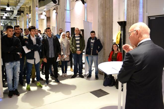 """Bürgermeister Rudolf Jelinek begrüßt die Teilnehmer bei der Veranstaltung Meet2Work- Wirtschaft trifft neue Nachbarn im """" Club """" der Grand Hall auf Zollverein"""