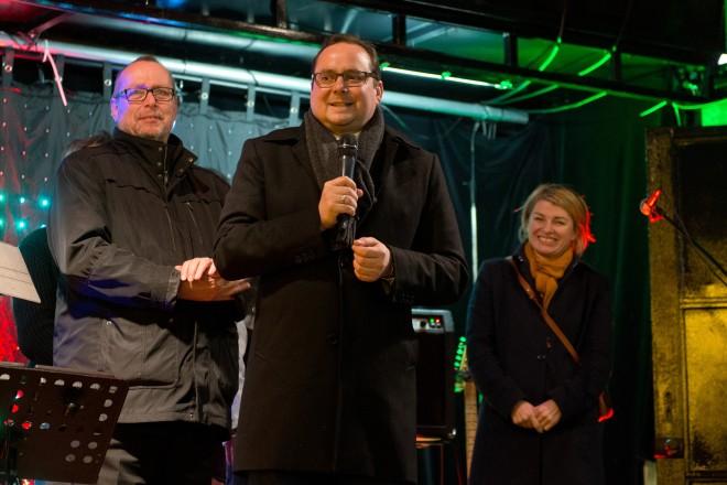 Oberbürgermeister Thomas Kufen (Mitte) eröffnet den Essener Weihnachtsmarkt. Mit auf dem Foto Dieter Groppe, Geschäftsführer der Essen Marketing GmbH (EMG) und WDR-Moderatorin Sabine Heinrich.