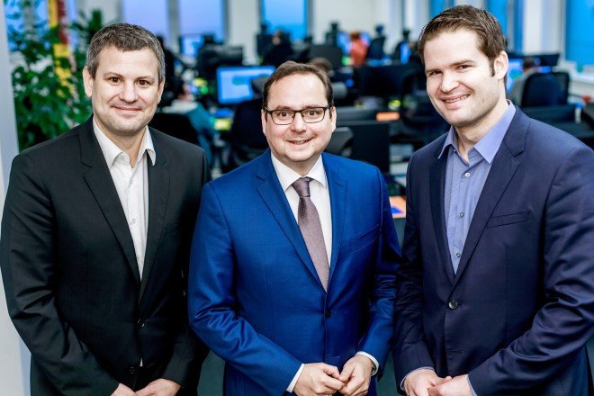 Besichtigung des Facebook Community Operations Center. Auf dem Foto v..ln.r.: Ulf Herbrechter (CCC), Oberbürgermeister Thomas Kufen und Walter Hafner (Facebook). CCC Essen Copyright: facebook