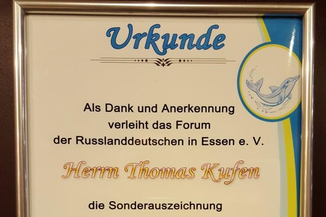"""Die Urkunde zur Sonderauszeichnung """"Helfender Delfin"""" für Oberbürgermeister Thomas Kufen."""