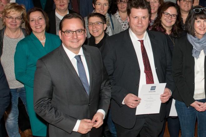Oberbürgermeister Thomas Kufen (2.v.l.) ehrte langjährige Ausbilderinnen und Ausbilder beim Ausbilderempfang des Jahres 2017 auf der Zeche Zollverein.