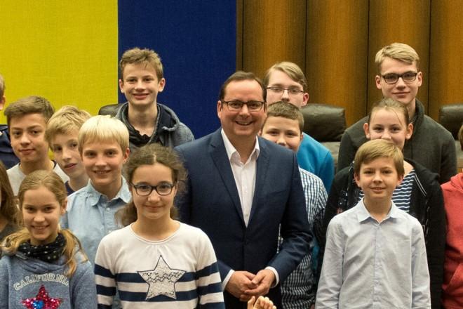 Oberbürgermeister Thomas Kufen ehrt die Siegerinnen und Sieger des Mathematikwettbewerbes der weiterführender Schulen im Essener Ratssaal.