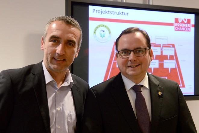 Auf gute Zusammenarbeit (v.l.): Marcus Uhlig, Vorstand Rot-Weiss Essen und Essener Chancen, und Oberbürgermeister Thomas Kufen engagieren sich zukünftig gemeinsam für Kinder und Jugendliche in Essen.