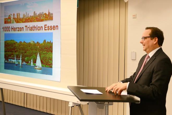 """Oberbürgermeister Thomas Kufen begrüßt die Teilnehmer, der Veranstaltung """" 1000 Herzen für Essen- Triathlon """"."""