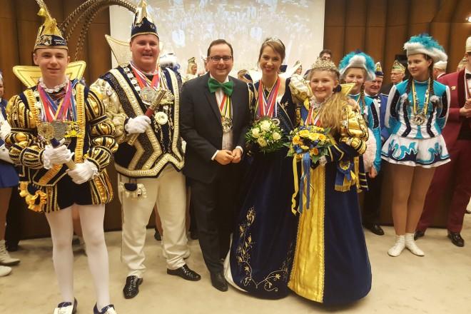 Närrische Ratssitzung im Essener Rathaus Oberbürgermeister Thomas Kufen mit dem Prinzenpaar der Stadt Essen Session 2017/18 Kai I. & Vivien I und dem Kinderprinzenpaar der Stadt Essen.