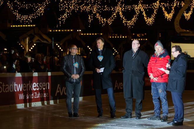 Oberbürgermeister Thomas Kufen (rechts) bei der Eröffnung von Essen on Ice. Auf dem Foto v.l.n.r. : Manfred Burkowski, Rainer Hegmann, Dieter Groppe Uwe Draber und OB Thomas Kufen.