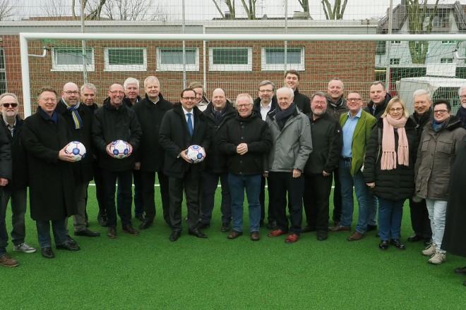 Oberbürgermeister Thomas Kufen eröffnet das Kunstrasenspielfeld auf der Sportanlage Wendelinstr