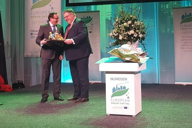 Oberbürgermeister Thomas Kufen übergibt die Emschergroppe an Oberbürgermeister Hubert Bruls