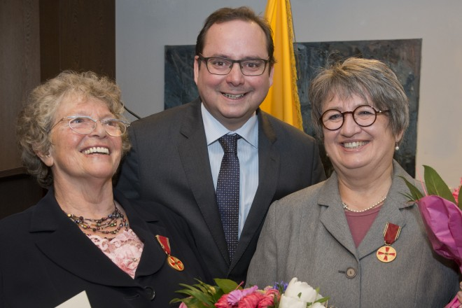 Oberbürgermeister Thomas Kufen überreicht die Bundesverdienstmedaille an Gisela Kühn (links) und Dagmar Mägdefrau.