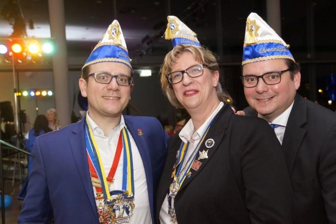 Oberbürgermeister Thomas Kufen, Patricia Adamski und David Lüngen (v.r.n.l) wurden zu Ehrenmitlgieder der Essener Prinzengarde ernannt.