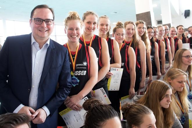 Siegerehrung Deutsche Mannschaftsmeisterschaften Schwimmen Oberbürgermeister Thomas Kufen mit den Schwimmerinnen der SG Essen.