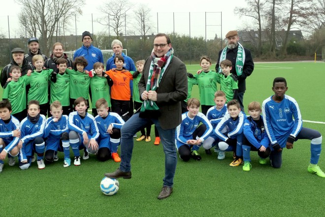 Einweihung des Kunstrasenplatz auf der Sportanlage am Föhrenweg Oberbürgermeister Thomas Kufen mit den kleinen Fußballern von Haarzopf und Schönebeck.