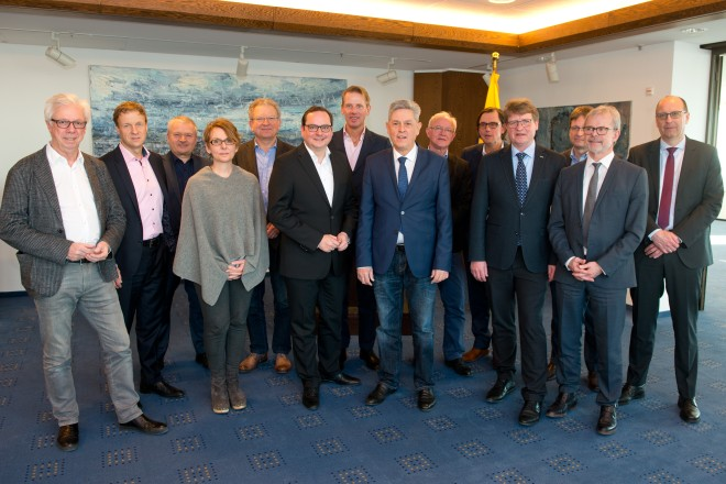 Oberbürgermeister Thomas Kufen (6.v.l.) begrüßt den Vorstand der Medecon Ruhr e.V. im Essener Rathaus.