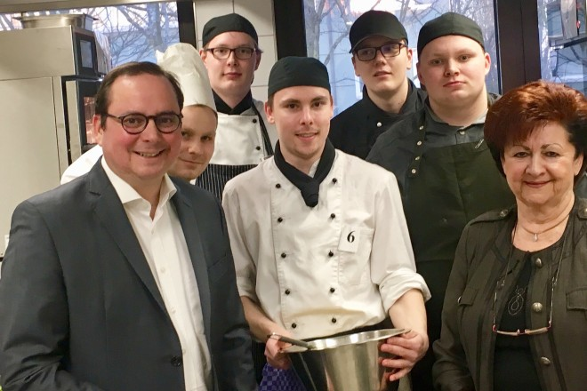 Oberbürgermeister Thomas Kufen und Christiane Behnke - Brandenberg, die Ehrenvorsitzende der DeHoGa in Essen mit den Teilnehmern der Ruhrmeisterschaft des Gastgewerbes.