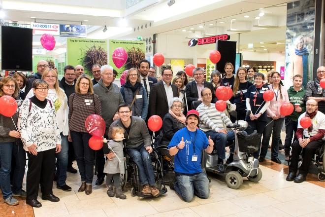 Oberbürgermeister Thomas Kufen besucht die Veranstaltung zum Tag der seltenen Erkrankungen im Einkaufszentrum Limbecker Platz.