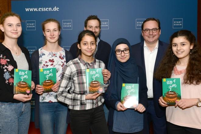 Vorstellung der JUNIOR-Schülerfirma des Mädchen- Gymnasium Essen-Borbeck und Verkauf von Anteilscheinen an Oberbürgermeister Thomas Kufen