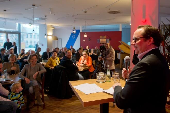"""Oberbürgermeister Thomas Kufen eröffnet die neue VHS-Gastronomie """"Fun Food Factory""""."""