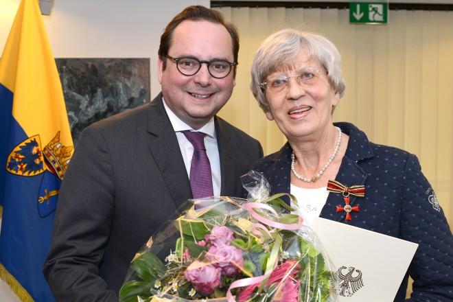 Oberbürgermeister Thomas Kufen verleiht das Verdienstkreuz am Bande des Verdienstordens der Bundesrepublik Deutschland an Elisabeth Nüchter