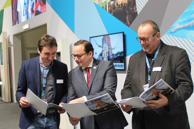 Oberbürgermeister Thomas Kufen am Stand der Ruhr Touristik mit den beiden Geschäftsführern der Essen Marketing GmbH, Richard Röhrhoff (links) und Dieter Groppe.