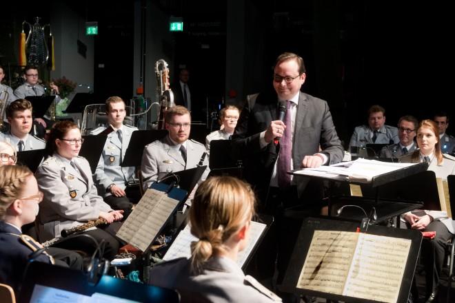 Oberbürgermeister Thomas Kufen begrüßt als Schirmherr der Veranstaltung die Musikstudenten der Bundeswehr und die Gäste des Benefizkonzertes.