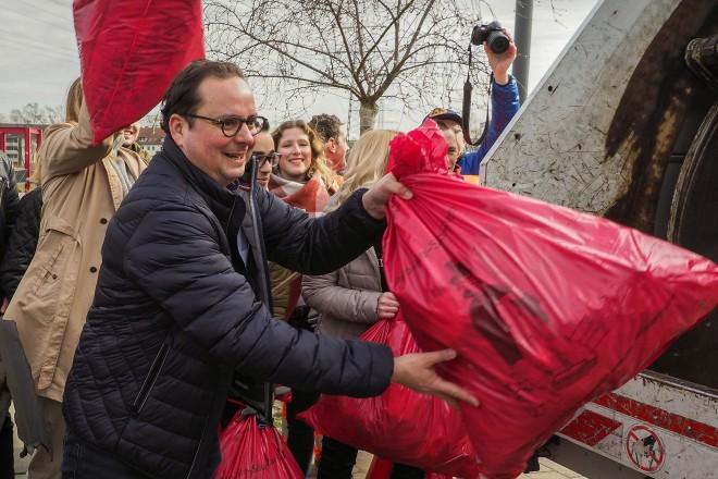 Oberbürgermeister Thomas Kufen hilft mit beim SauberZauber.
