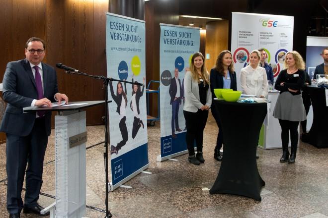 Oberbürgermeister Thomas Kufen richtet Grußworte an die Besucherinnen und Besucher der Auszubildenden-Konzernmesse im Rathausfoyer.