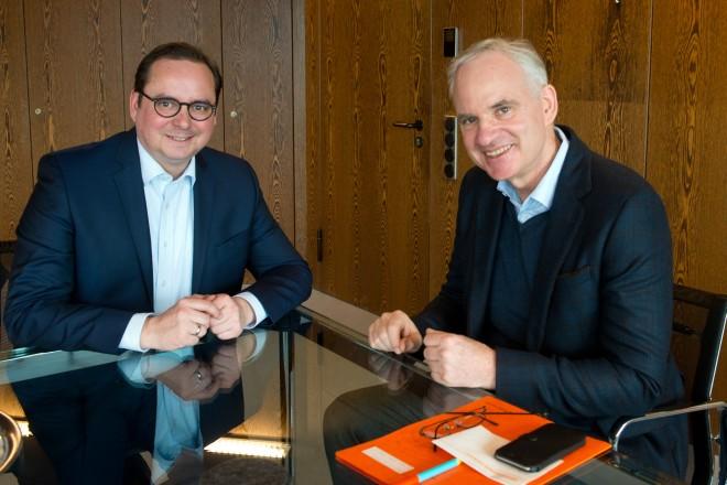 Oberbürgermeister Thomas Kufen (links) im Gespräch mit Dr. Johannes Teyssen, Vorsitzender des Vorstandes von E.ON.