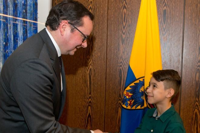 Der neunjährige Bara Najjar trifft Oberbürgermeister Thomas Kufen.