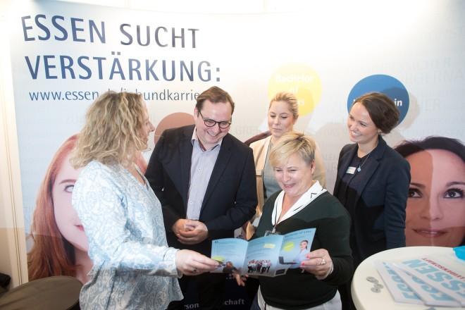 Oberbürgermeister Thomas Kufen besucht den Stand der Stadt Essen bei der Karrieremesse Stuzubi im Colosseum. V.l.n.r.: Melanie Löbbert, Julia Kirstein Hannah Schlüsener und Karola Marshall.
