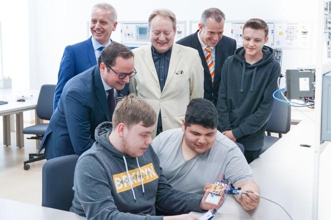 """Oberbürgermeister Thomas Kufen besucht das Praxisprojekt """"Industrie 4.0 für Schüler erlebbar machen"""""""