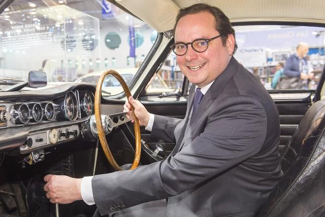 TECHNO-CLASSICA ESSEN 2018. Im Bild: Essens Oberbürgermeister Thomas Kufen nutzte die Eröffnung der 30. Techno-Classica Essen zum Probesitzen in einem Kult-Auto.