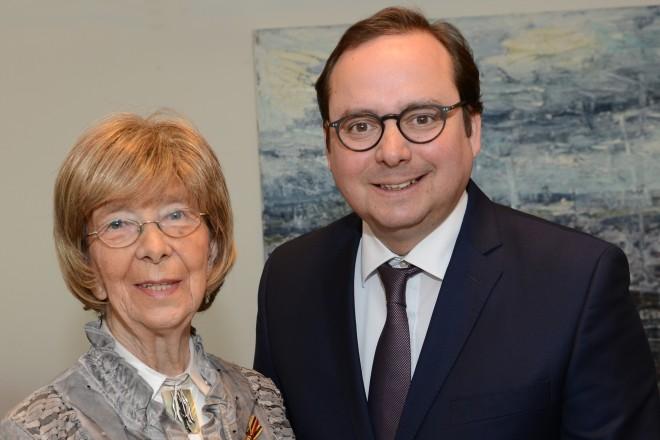 Oberbürgermeister Thomas Kufen überreicht das Verdienstkreuz am Bande des Verdienstordens der Bundesrepublik Deutschland an Edeltraut Weiß