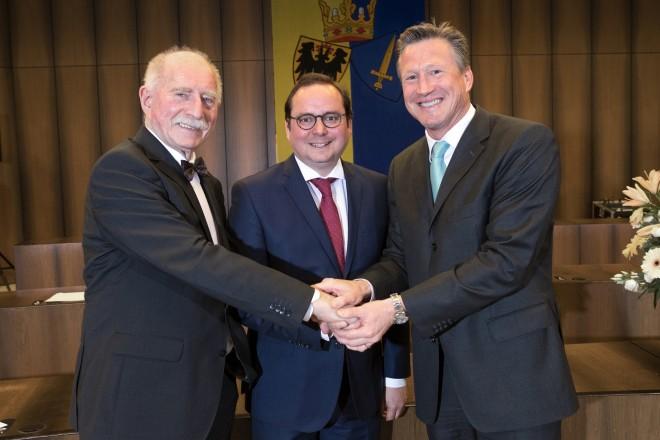 Sportmeisterehrung 2018 Oberbürgermeister Thomas Kufen (Mitt ) verabschiedet den langjährigen Moderator Werner Hansch (links) und stellt Christian Keller als zukünftigen Moderator vor.