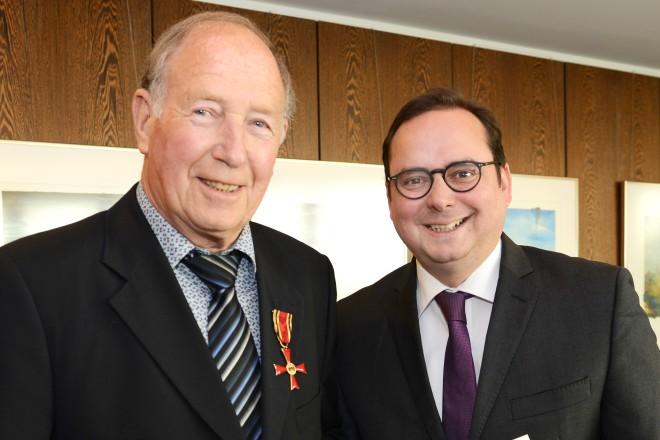 Oberbürgermeister Thomas Kufen überreicht das Verdienstkreuz am Bande des Verdienstordens der Bundesrepublik Deutschland an Dieter Faßbender