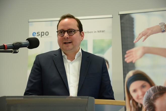 Oberbürgermeister Thomas Kufen spricht Grußworte beim Sportabzeichen Ehrentag