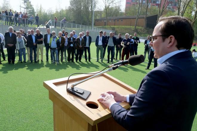 Oberbürgermeister Thomas Kufen weiht das neue Kunstrasenspielfeld auf der Sportanlage Buderusstrasse ein