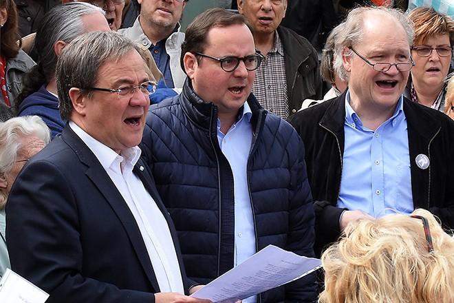 Hoher Besuch beim samstäglichen (14.4.) Marktsingen in Rüttenscheid: Ministerpräsident Armin Laschet war zu Gast und sang gemeinsam mit vielen Besucherinnen und Besuchern des Wochenmarktes. Auch Oberbürgermeister Thomas Kufen nahm an der Veranstaltung teil und begrüßte den Ministerpräsidenten des Landes NRW in Essen.