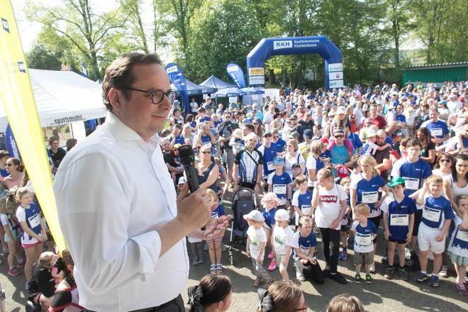 Oberbürgermeister Thomas Kufen eröffnet denn KKH-Lauf in Essen- Kupferdreh