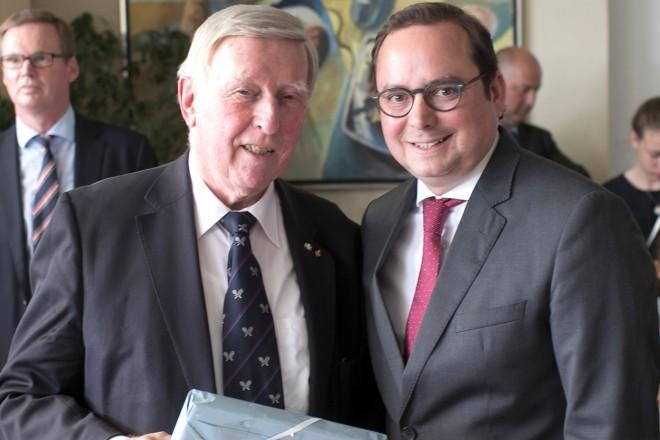 Oberbürgermeister Thomas Kufen gratuliert Dr.Claus Stauder zum 80sten Geburtstag