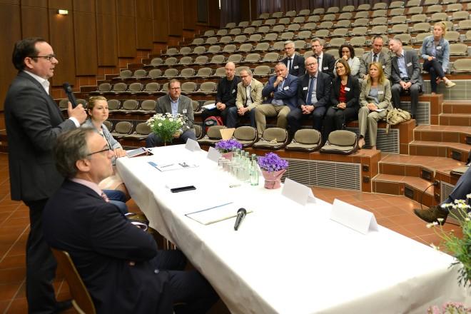 Oberbürgermeister Thomas Kufen begrüßt die Landtagsabgeordneten beim Kämmerertreffen in der Gustav-Heinemann-Gesamtschule