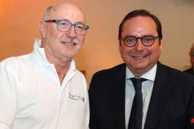 Oberbürgermeister Thomas Kufen (rechts) beim Tag der offenen Tür des Bürgertreff Ruhrhalbinsel e.V. Links im Bild Geschäftsführer Peter Aurich.